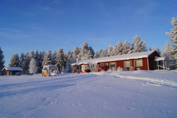 Raudanjoki - Hostel Visatupa : Sunny winter day at Hostel Visatupa in Lapland, Finland