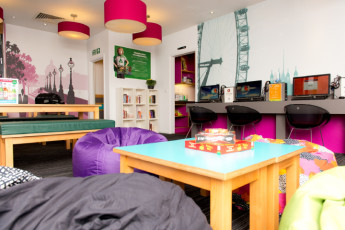 YHA London Oxford Street : YHA Oxford Street café asientos