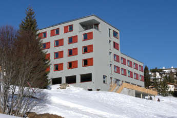 Valbella Youth Hostel : Lenzerheide Valbella hostel in Switzerland exterior in the snow