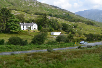 Ben Lettery Connemara Hostel : Ben Lettery Front from Distance
