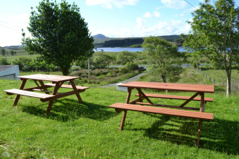 Ben Lettery Connemara Hostel : Ben Lettery with picnic tables