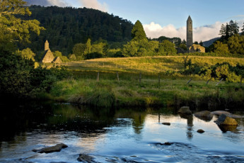 Glendalough International YHA : Glendalough Lake and Tower