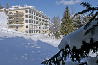 Davos Youthpalace : Davos-Youthpalace hostel building in the winter