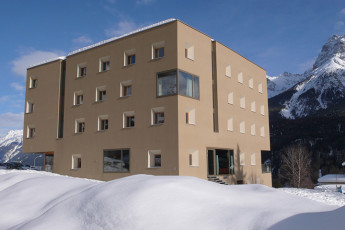 Scuol Youth Hostel : Scuol hostal edificio en verano