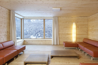 Scuol Youth Hostel : Scuol hostel building in the winter