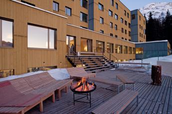 St. Moritz Youth Hostel : jardin et vue sur l'extérieur de St. Moritz Bad auberge pendant la neige