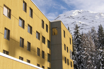 St. Moritz Youth Hostel : devant extérieur vue de St. Moritz Bad auberge pendant la neige