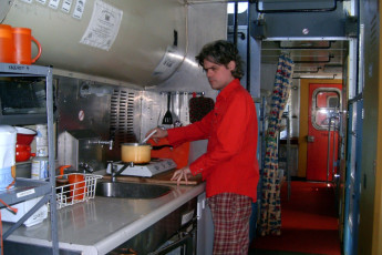 HI - Shuswap Lake : Caboose dorm kitchen