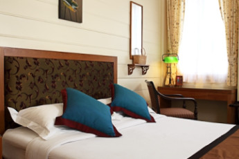 HI Baan Dinso : Queensize bed with aircon, free wifi, free minibar, ensuite bathroom