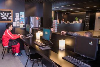 Antwerp - Central Hostel : ordenadores en el hostal recepción para uso de los huéspedes