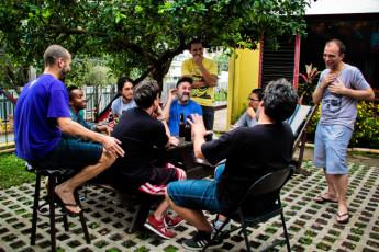 San José - Hostel Casa Yoses : Los huéspedes en jardín en el Hostal Casa Yoses en Costa Rica
