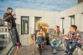 Antwerp - Central Hostel : Gruppe von Leuten in der Lounge