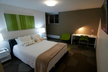 HI - Calgary City Centre : Private room with 1 queen bed