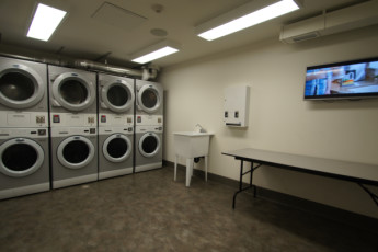 HI - Calgary City Centre : Laundry room