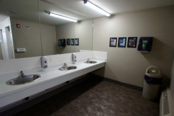 HI - Calgary City Centre : Communal washroom