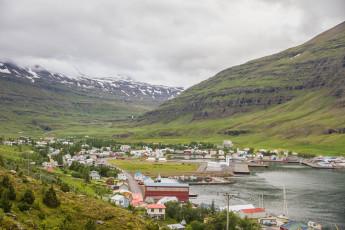 Hafaldan Old Hospital - Seydisfjordur hostel : los huéspedes relajarse en la cafetería en Seyoisfjorour Hostel, Islandia