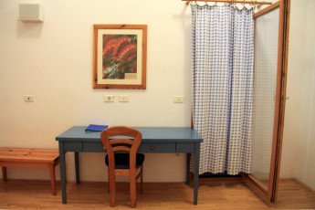 Youth Hostel Debeli Rtič : 092609 – Hostel Develi Rtic – desk in room image