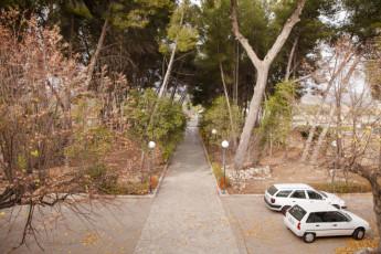 Torre de Alborache : Torre de Alborache hostel - car park view image