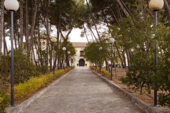 Torre de Alborache : Torre de Alborache hostel - driveway image
