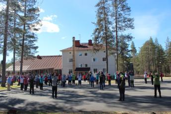 Nuoriso- ja luontomatkailukeskus Oivanki : X540705 - Nuoriso hostel - external view with people