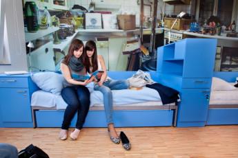 Youth Hostel Pekarna : los huéspedes relajarse en el dormitorio en Maribor - albergue juvenil Pekarna, Eslovenia