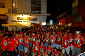 Sunflower Beach Backpacker Hostel : gruppo di persone con un drink in the Bar Area presso il Sunflower Beach Backpacker Hostel, in Italia