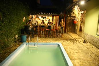 Ilha Bela - Hostel Central Ilhabela : Piscina e cozinha de hóspede