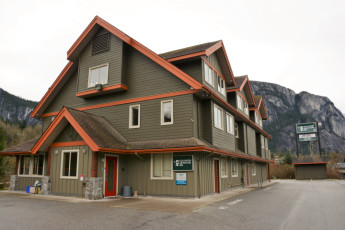 HI-Squamish Adventure Inn : Exterior backed by The Chief