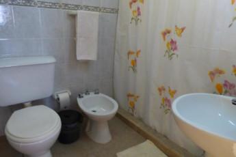 Hi Patagonia Suites : HI Patagonia Suites, hostel bathroom
