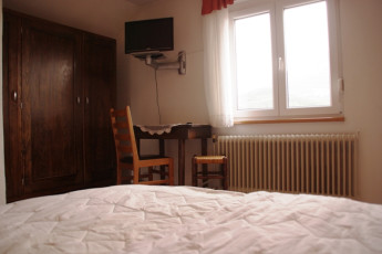 Youth Hostel Ljubno ob Savinji : 092535, Youth Hostel Ljubno Ob Savinji, double bed and window image