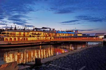 Budapest - Fortuna Boat : frente Vista exterior de Budapest - Fortuna barco Hostel, Hungría