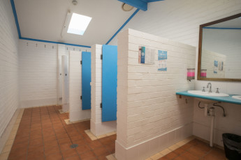 Port Macquarie YHA - Ozzie Pozzie Backpackers : Bathrooms