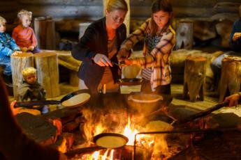 Saariselkä - Hostel Ahopää : Pancakes by open fire
