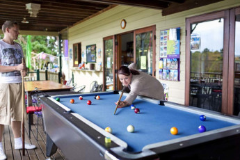 Bellingen YHA – Belfry Guesthouse : Bellingen YHA - pool table
