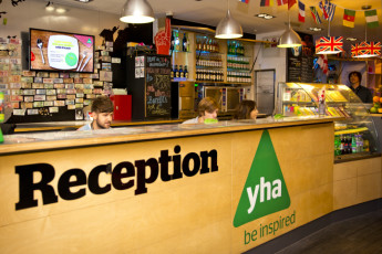 YHA London Central : YHA London Central los huéspedes en el hostal cantina