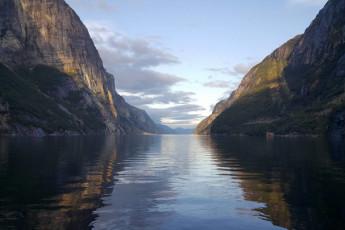 Lysefjorden : Jardin et vue de l'extérieur de Lysefjorden Hostel, Norvège