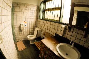 Ilha Bela - Hostel Central Ilhabela : Banheiro compartilhado feminino 4 pessoas