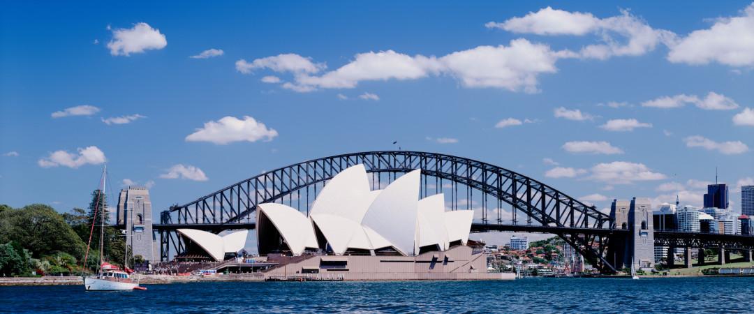 ver algunas de las impresionantes vistas del puerto de Sydney en barco y ver la ciudad se animan por la noche.