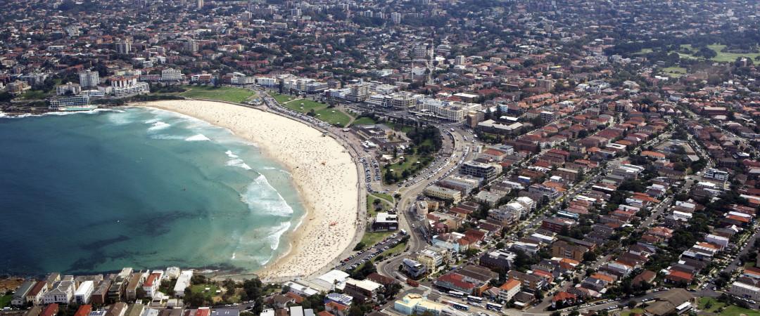 Bondi Beach es un lugar magnífico para pasar el rato - si estás tomando en las olas o té por la tarde y tener un Lamington.