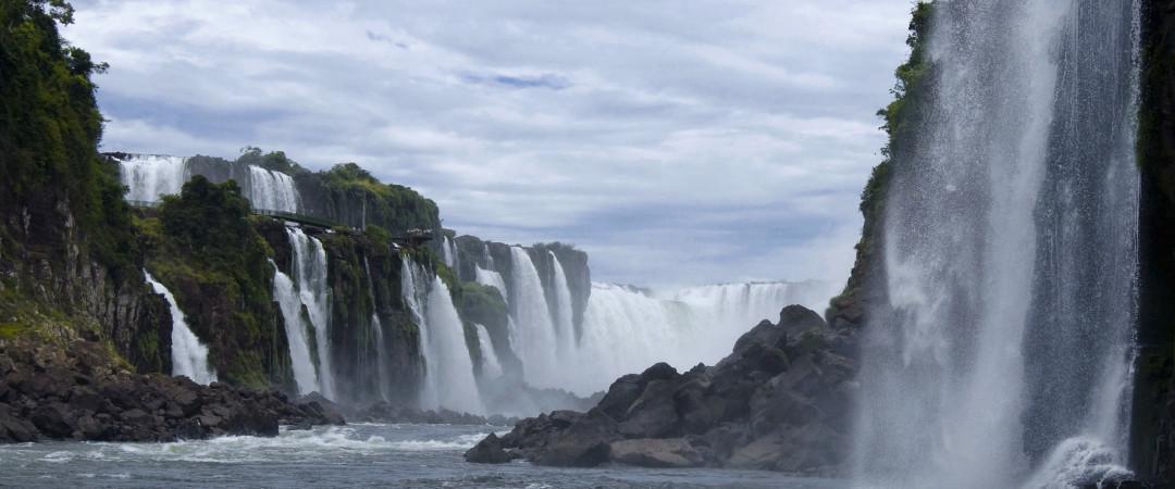 las Cataratas del Iguazú se compone de between150 individuales y 300 cascadas, dependiendo del caudal de los ríos. vista de agua!