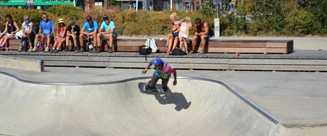 tomar su monopatín y patines en línea y naturaleza en Stapelbäddsparken.