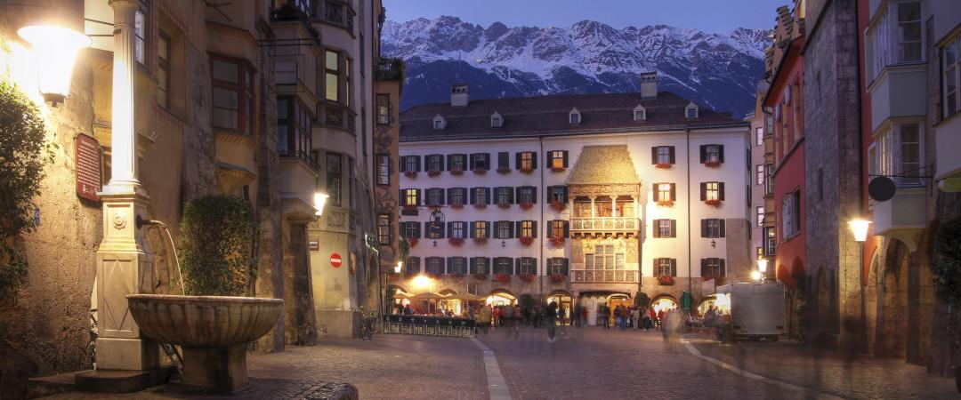 Paseo del pintoresco, calles adoquinadas y sentir que ha retrocedido en el tiempo en el centro de la ciudad medieval.