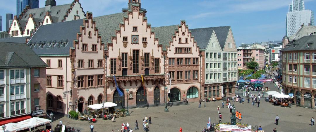 dar un paseo alrededor de la plaza central de Frankfurt, Römerberg, un histórico encuentro lugar y casa de mercados, ferias y fiestas.