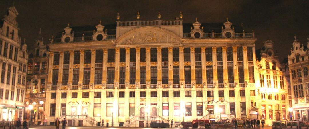 La Grand Place de Bruselas, con su arquitectura gótica, es de visita obligada, tiene un aspecto particularmente impresionante cuando está iluminada por la noche.