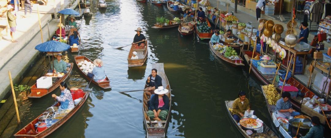 mimarse con la tentadora calle comida que Tailandia es famosa por y navegar por los coloridos mercados de raras delicias y delicias.