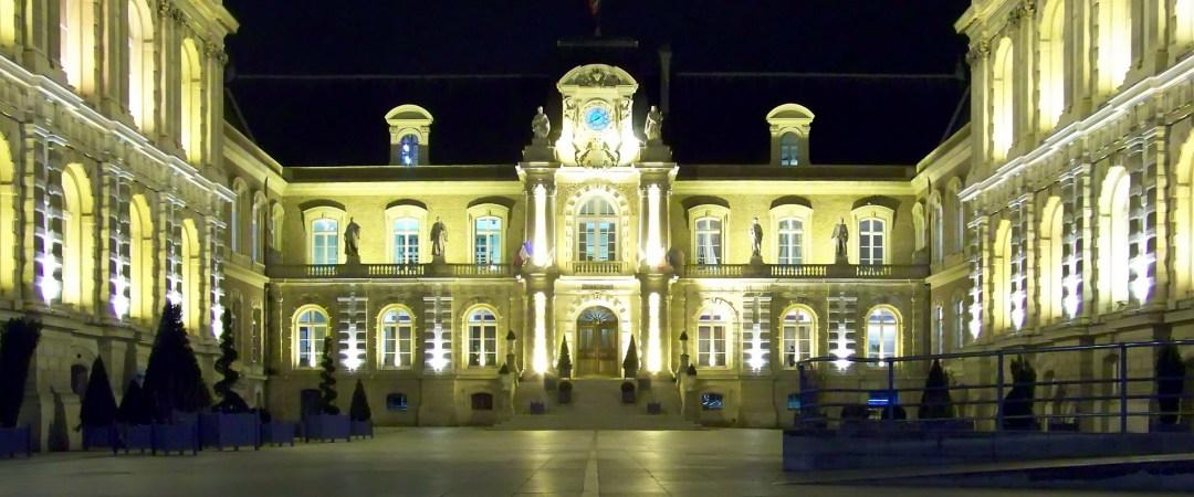 Amiens tentará los turistas con su catedral de Notre-Dame y el Ayuntamiento de la ciudad mientras que por la noche hay un distrito St Leu bares con música en vivo.