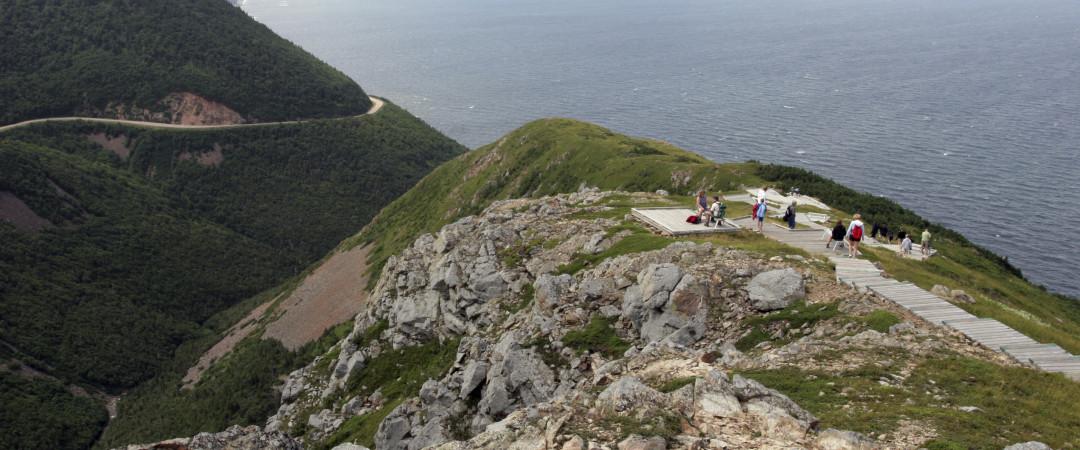 Tome el Cabot Trail, mundialmente famosa por sus espectaculares vistas del mar y de las montañas.