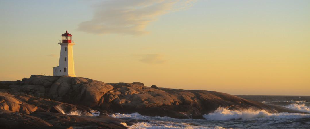junto al océano, la ciudad de Halifax está bañado por brisa marina y cuidado vibrante con festivales durante el verano y una animada vida nocturna escena