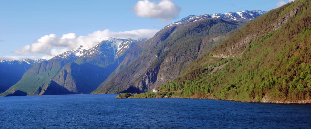 Dra til Flåm for å se den lange og vakre Sognefjorden fra Flåmsbana