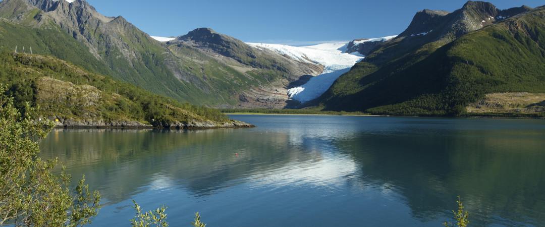 Aparte de los impresionantes paisajes de los fiordos, Balestrand ofrece buenas oportunidades para la pesca, caminatas y tiene varias galerías de arte.